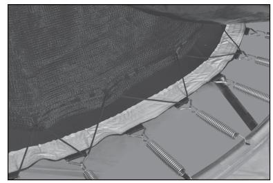 Passez la corde (Q) entre les ressorts et le filet de sécurité (P) de la manière suivante.